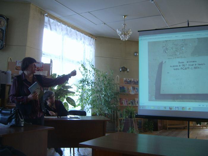 В.Г. Толкунова наглядно показывает какие есть в городе мемориальные доски