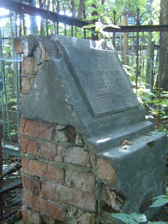 старое надгробие на могиле гвардии полковника Б.К. Наумова